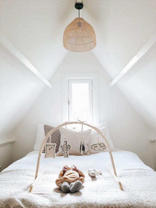 portique d'éveil et jouets à suspendre dans chambre