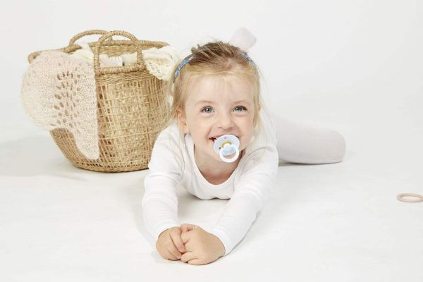 bébé avec tétine bibs