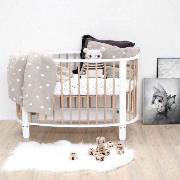 lit pour bébé en forme d'oeuf redécoré avec du beige