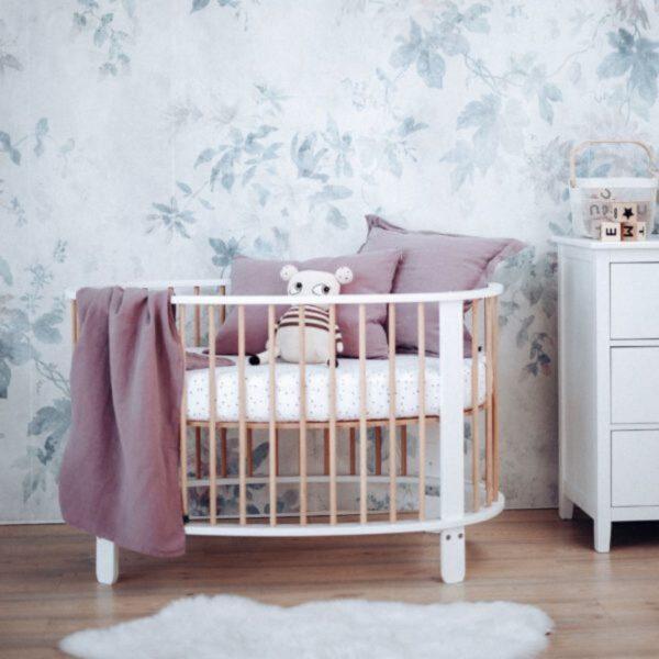 lit pour bébé en forme d'œuf redécoré