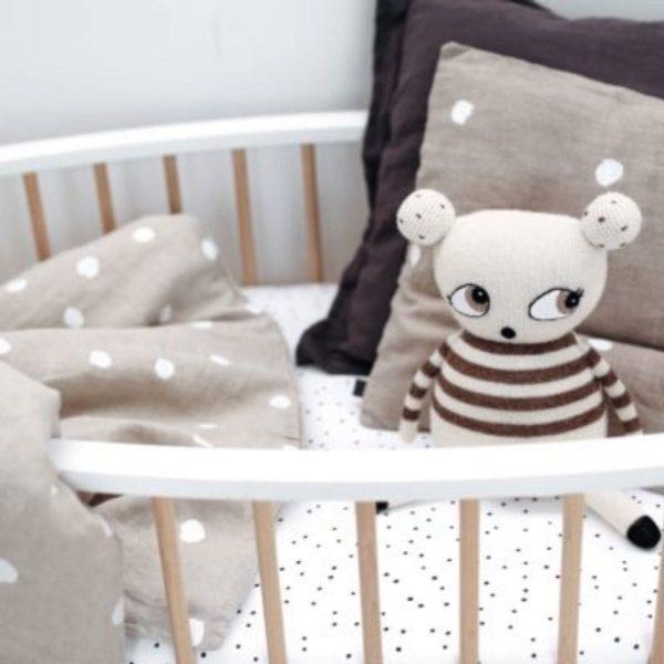 lit bébé oeuf avec peluche