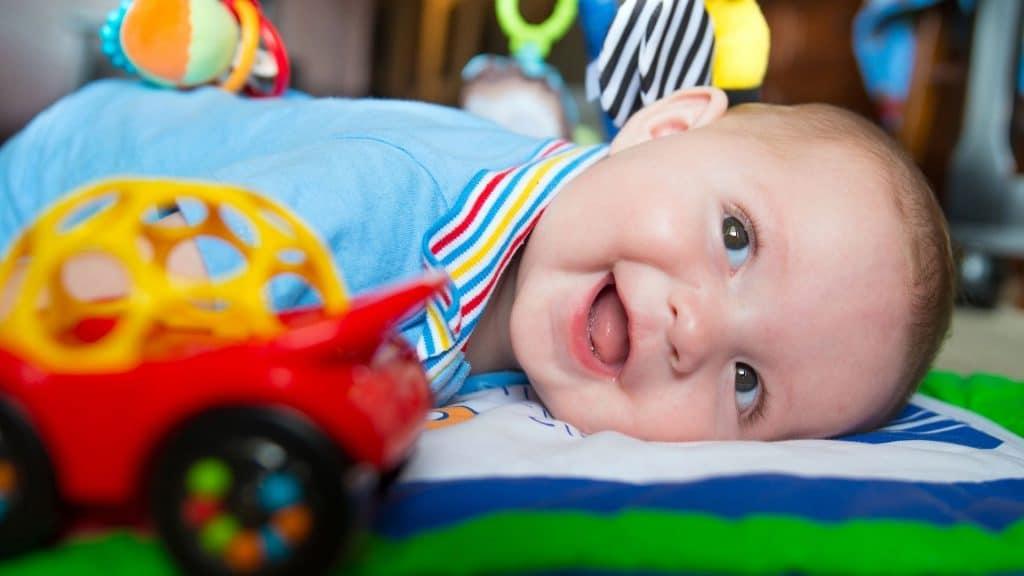 jouets-sur-le-cote-pour-stimuler-bebe